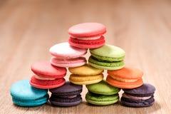 Macarons in der Platte auf hölzerner Tabelle Lizenzfreie Stockbilder
