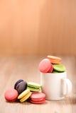 Macarons in der Schale auf hölzerner Tabelle Stockbild
