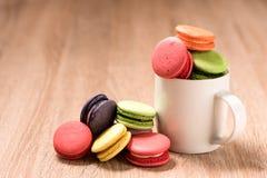 Macarons in der Schale auf hölzerner Tabelle Lizenzfreie Stockfotos