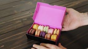 Macarons die binnen de giftdoos wordt voorgesteld stock footage
