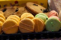 Macarons dolci Maccheroni variopinti in un contenitore di regalo fotografia stock