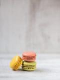 Macarons in drei Farben Stockfotos