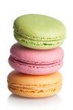Macarons, dulces franceses de claras de huevo, azúcar de formación de hielo, granulat Imagen de archivo libre de regalías