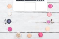 Macarons e colore rosa dell'ombretto su un fondo di legno bianco Fotografia Stock Libera da Diritti