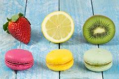 Macarons e frutta fresca colorati immagine stock