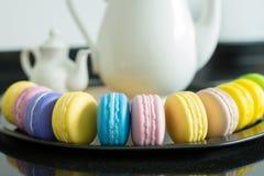 Macarons e teiera Fotografie Stock Libere da Diritti