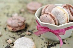 Macarons in een kom Stock Afbeelding