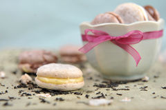 Macarons in een kom Stock Foto