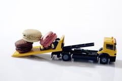 Macarons in een miniatuurauto Royalty-vrije Stock Foto