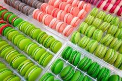 Macarons in einem vitrine gezeigt Lizenzfreies Stockfoto