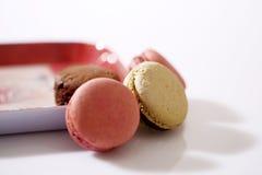 Macarons in einer Platte Stockfoto