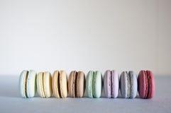 Macarons in einer Reihe Stockfoto