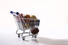 Macarons em um carrinho de compras Fotos de Stock
