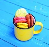 Macarons em um copo cerâmico amarelo Imagens de Stock