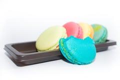Macarons em uma bandeja isolada no fundo branco Imagem de Stock