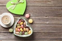 Macarons en boîte-cadeau et café de jour de valentines Photo stock