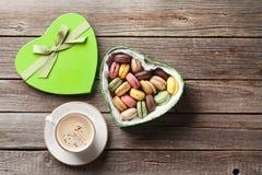 Macarons en boîte-cadeau et café de jour de valentines Photographie stock libre de droits