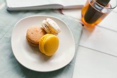 Macarons en el fondo de madera blanco Imágenes de archivo libres de regalías