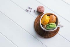 Macarons en el fondo de madera blanco Fotografía de archivo
