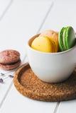 Macarons en el fondo de madera blanco Foto de archivo libre de regalías