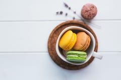Macarons en el fondo de madera blanco Imagen de archivo libre de regalías