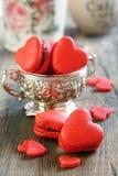 Macarons en forme de coeur. Photographie stock libre de droits