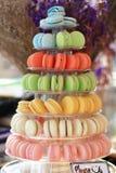 Macarons en la bandeja Imágenes de archivo libres de regalías