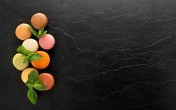Macarons en la tabla negra fotos de archivo libres de regalías