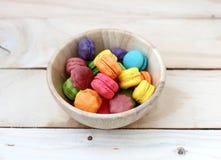 macarons en la taza de madera Fotografía de archivo libre de regalías
