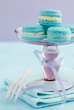 Macarons en soporte de la torta Fotografía de archivo