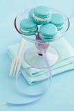 Macarons en soporte de la torta Fotografía de archivo libre de regalías