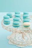 Macarons en soporte de la torta Imágenes de archivo libres de regalías