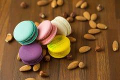 Macarons et amande savoureux sur le fond en bois Foyer sélectif photographie stock