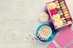 Macarons et café Macarons doux dans le boîte-cadeau Photo libre de droits