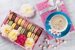 Macarons et café Macarons doux dans le boîte-cadeau Photographie stock libre de droits
