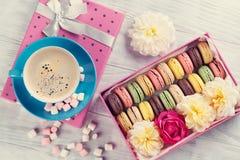 Macarons et café Macarons doux dans le boîte-cadeau Images stock