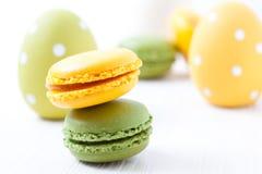 Macarons et oeufs de pâques colorés Photographie stock