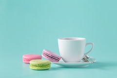 Macarons et tasse de café français image stock