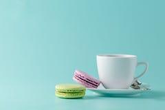 Macarons et tasse de café français photo stock