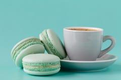 Macarons et tasse de café français sur le fond bleu vert image stock