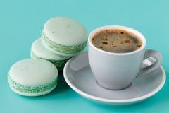 Macarons et tasse de café français sur le fond bleu vert photos libres de droits