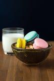 Macarons et tasse savoureux de lait avec l'amande sur le fond en bois image stock