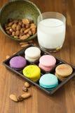 Macarons et tasse savoureux de lait avec l'amande sur le fond en bois photo libre de droits