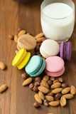 Macarons et tasse savoureux de lait avec l'amande sur le fond en bois images libres de droits