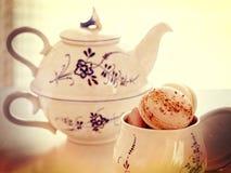 Macarons et théière de vintage Photo libre de droits