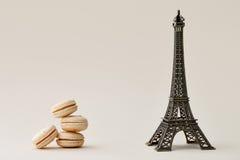 Macarons et Tour Eiffel français Image stock