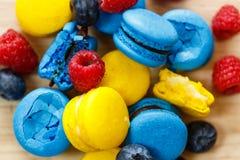 Macarons français avec des baies Photos stock