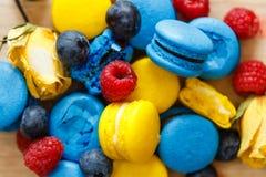 Macarons français avec des baies Image stock
