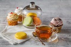 Macarons français Café, chocolat, vanille et framboise images stock
