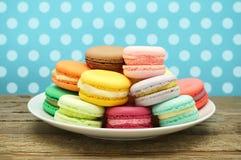 Macarons français colorés Photographie stock libre de droits